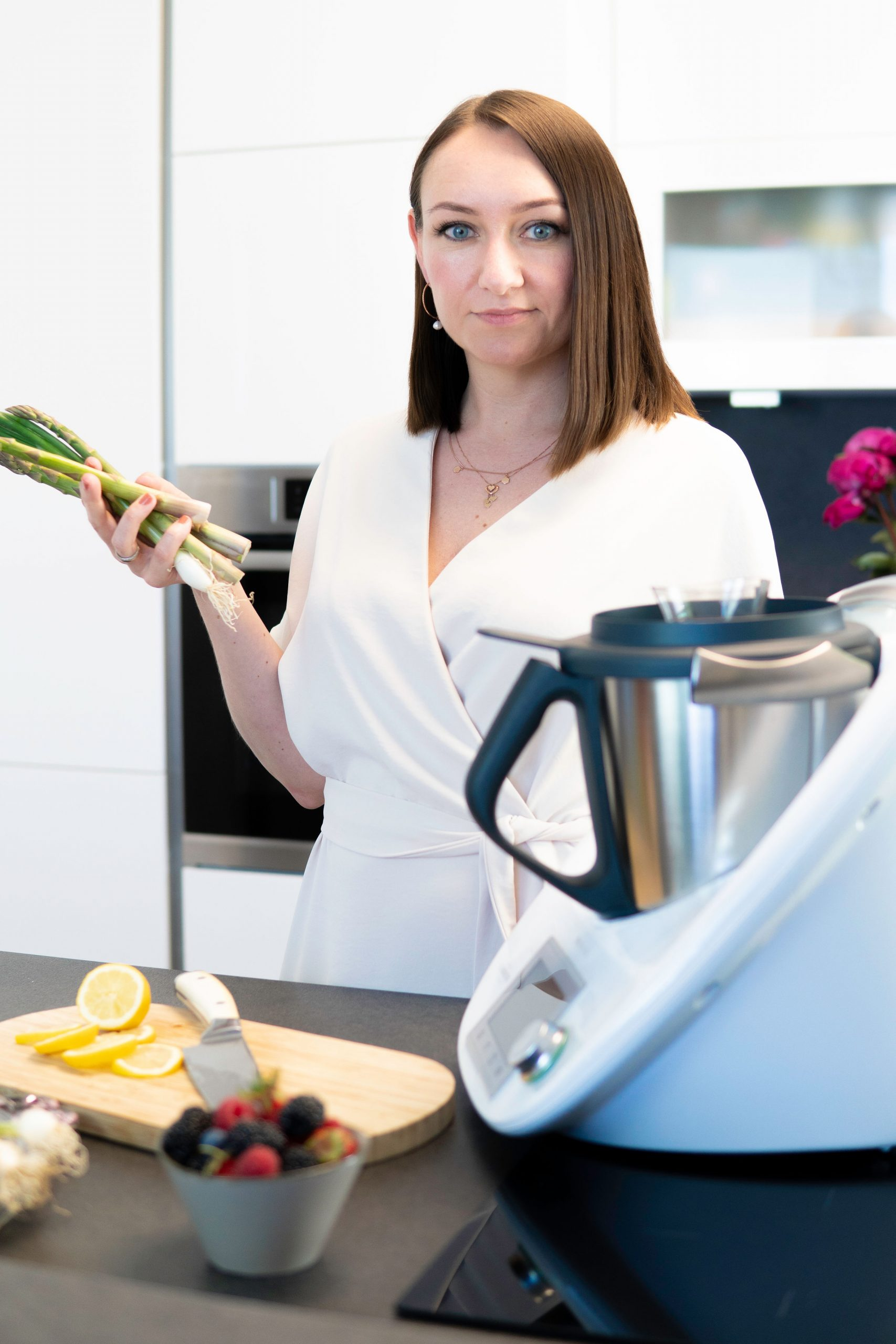 Frau mit Gemüse auf einem Bild